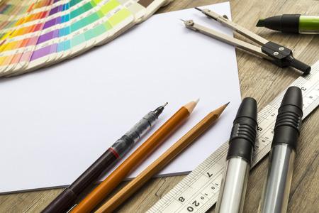 boceto: Esbozando herramientas en un escritorio