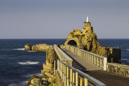 Bridge to the Rocher de la Vierge rock in Biarritz, France Standard-Bild