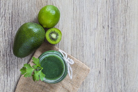 jugo verde: Jugo verde y los ingredientes Foto de archivo