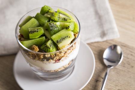 Yoghurt, kiwi and granola Standard-Bild
