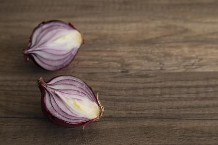 cebolla: Mitades de cebolla roja en rodajas