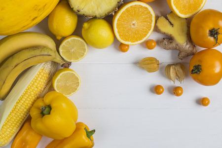 노란색과 오렌지색 과일과 채소