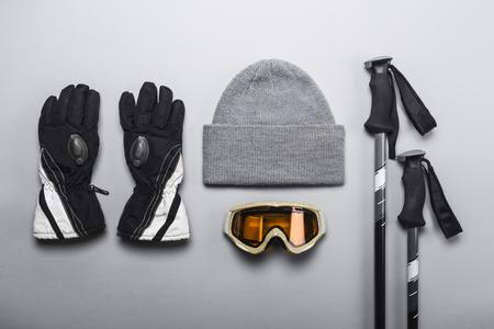 Wintersport- und Skiausrüstung, einschließlich Handschuhe, Mütze, Skibrille und Skistöcke Standard-Bild