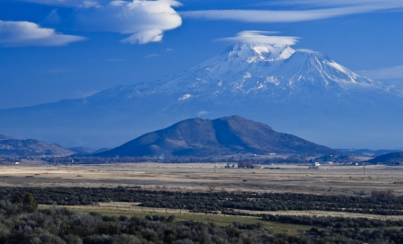 California Landscape: Mount Shasta and lenticular clouds Stock Photo - 6808961