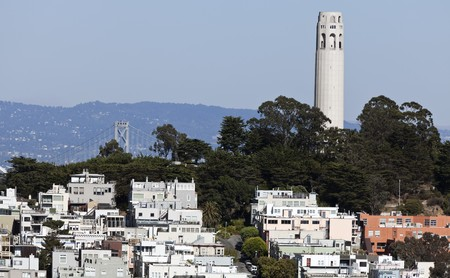 nob hill: Coit Tower is a 210-foot (64 m) tower located in the Telegraph Hill neighborhood of San Francisco, California. Stock Photo