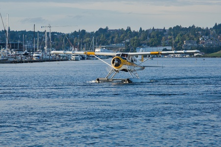 mk: SEATTLE, WA - 29 de agosto: Kenmore Air 1967 Havilland DHC-2 MK. Yo aviones taxi en Lake Union Terminal, el 29 de agosto de 2011, Seattle, WA.