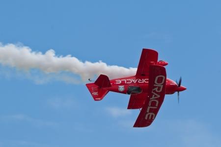 sean: SALINAS, CA - 25 settembre: Sean D. Tucker dimostra la precisione del volo e il pi� alto livello di competenze pilota durante l'International Airshow California, il 25 settembre 2011, Salinas, CA. Editoriali