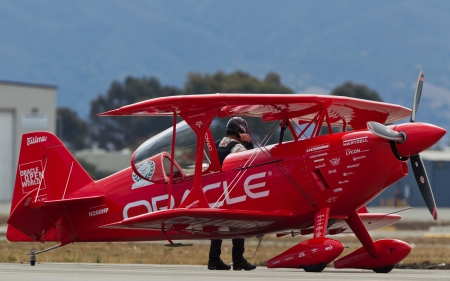 sean: SALINAS, CA - 25 settembre: Sean D. Tucker dietro Oracle Challenger bi-aereo durante l'International Airshow California, il 25 settembre 2011, Salinas, CA.