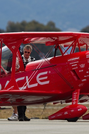 sean: SALINAS, CA - 25 settembre: Sean D. Tucker dietro Oracle Challenger biplano durante l'International Airshow California, il 25 settembre 2011, Salinas, CA.