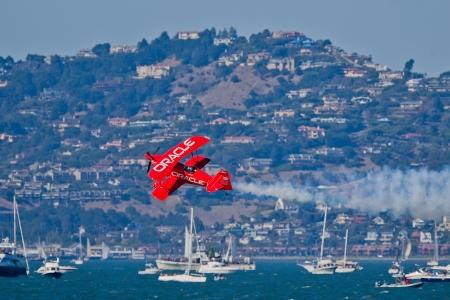 sean: SAN FRANCISCO, CA - 8 ottobre: ??Sean D. Tucker dimostra la precisione del volo e il pi� alto livello delle competenze nel corso pilota nel corso del 2011 Fleet Week San Francisco l'8 ottobre 2011 in San Francisco, CA. Editoriali