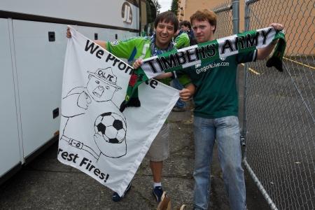 포틀랜드, 또는 6 월 24 일 : 양 팀 포틀랜드, OR에있는 젤드 - 웬 필드에서 2012 년 6 월 24 일 시애틀 Sounders 대 포틀랜드 목재 게임 전에 그들의 팀의 지원