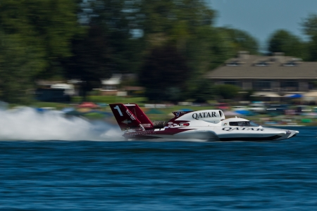 chasing tail: TRI-CITIES, WA - JULY 29: Dave Villwock pilots the U-1 Spirit of Qatar at the Lamb Weston Columbia Cup July 29, 2012 on the Columbia River in Tri-Cities, WA.