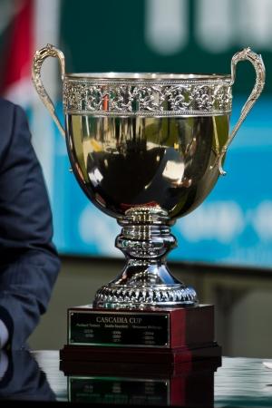 포틀랜드, OR - 9월 15일 : 포틀랜드, 오리건의 JELD - 웬 필드에서 2012년 9월 15일 시애틀 사운 더스 대 게임 포틀랜드 팀 버스 전에 디스플레이에 Cacadia 컵. 에디토리얼
