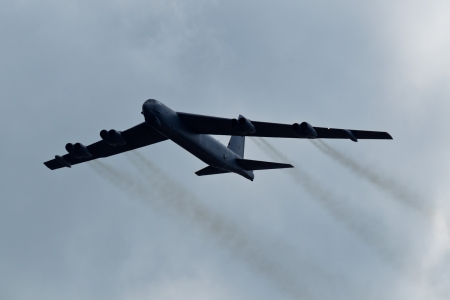 TACOMA, WA - JULY 21: Boeing B-52 Stratofortress flyby demonstration during Air Expo at McChord Field Joint Base Lewis-McChord on July 21, 2012 in Tacoma, WA.  新聞圖片