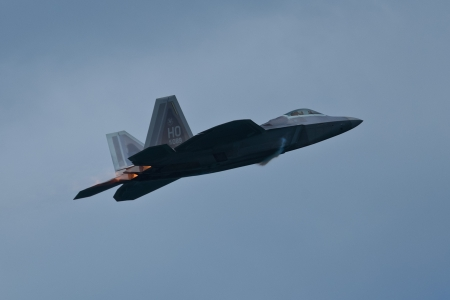 SAN FRANCISCO, CA - OCTOBER 5:  USAF F-22 Raptor aircraft demonstration during Fleet Week in San Francisco, CA on October 5, 2012 新聞圖片