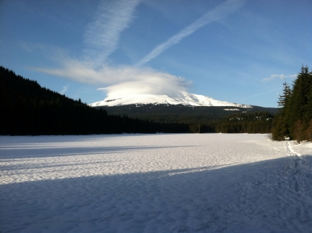 Snowy mount Hood covered with lenticular cloud Stock Photo - 20791785