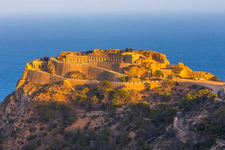 Leeres Erbe ungewöhnlicher berühmter Ort Castillitos-Batterie, altes Wahrzeichen an der Küste des Mittelmeers, Befestigung, befestigte Mauer der Stadt Cartagena, Murcia. Idyllische Landschaft und Berge. Spanien