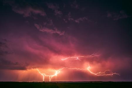 Fulmine con l'immagine drammatica delle nuvole. Temporale notturno