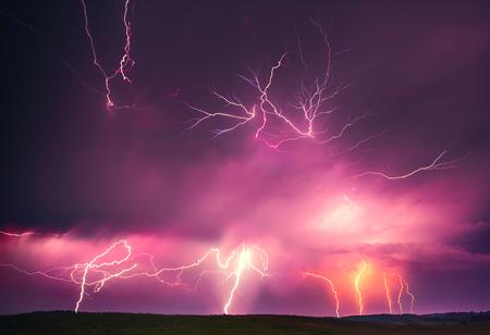 Fulmine con l'immagine composita delle nuvole drammatiche. Temporale notturno