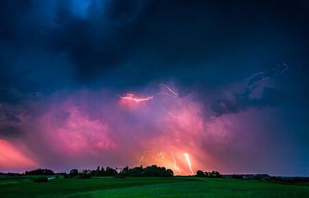 De cerca con un rayo con una imagen compuesta de nubes dramáticas. Tormenta de truenos nocturna