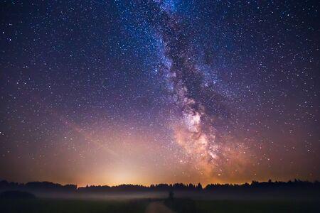 Paisaje con galaxia de la Vía Láctea en Lituania Foto de archivo