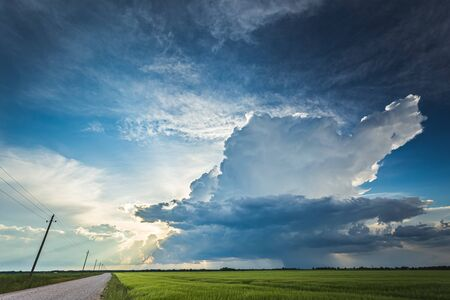 Cumulonimbus storm clouds in evening light with sun rays Banque d'images