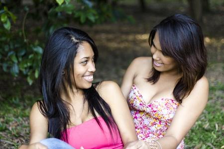 lesbianas: Chica amigos se divierten en el parque
