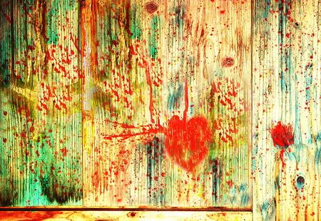 hemorragias: Corazón herido sangrando en una tabla de madera