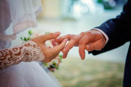 registro: the bride wears a ring to the groom Foto de archivo