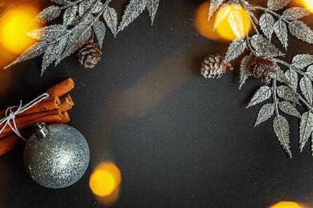 黒背景のクリスマスの装飾 写真素材 - 85882763