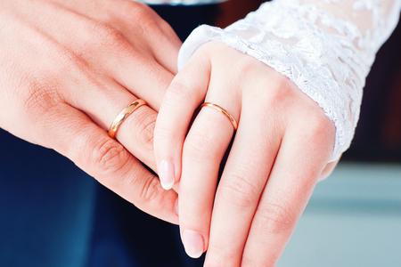Bride and groom with wedding rings close up 版權商用圖片