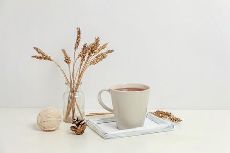 Decoración casera ecológica natural con vela de taza de café en bandeja de madera. Fondo de estilo de vida de desayuno temprano en la mañana. Decoración de interiores con taza de bebida caliente. Espacio de copia de concepto de estilo escandinavo de Hygge