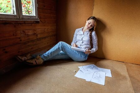 Young hipster woman sitting on floor and drawing sketch in album at home. Teen girl learning sketching picture in her room. Hobby, lifestyle, relax, art, leisure, education concept Standard-Bild - 133852250