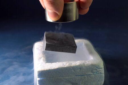 Supergeleiding van magneten in vloeibare stikstof.