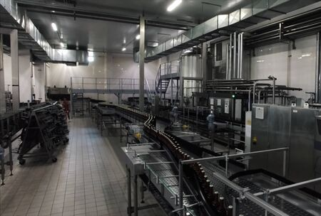 una línea de cervecería, embotellado y transferencia de botellas Foto de archivo