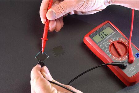 Medición de los parámetros eléctricos del producto mediante un multímetro.
