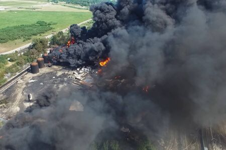 Oil storage fire. The tank farm is burning, black smoke is the combustion of hydrocarbons. Banque d'images - 133779201