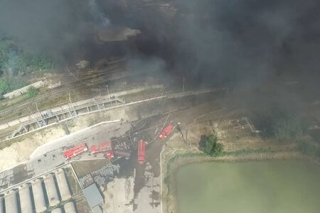 Oil storage fire. The tank farm is burning, black smoke is the combustion of hydrocarbons. Banque d'images - 133779208