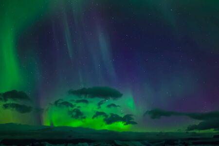 Aurora boreale nel cielo notturno del nord. Ionizzazione di particelle d'aria nell'alta atmosfera.