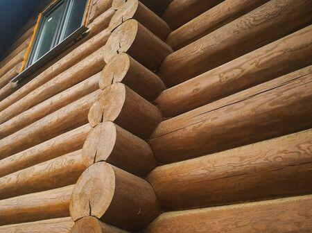 Details und Elemente eines Holzhauses aus Holz. Der Bau eines Holzhauses.