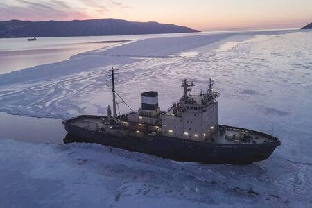 un naldo recouvert de glace, navire brise-glace.