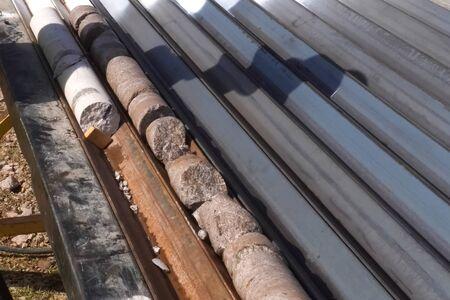 Kernproben aus dem Brunnen. Kernbohrungen zur Probenahme von geologischem Gestein. Standard-Bild