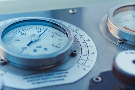 Monitoring and metering devices on the drilling platform, pressure gauge for measuring pressure.
