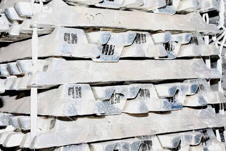 Aluminum ingots in stock. transportation of aluminum. Banque d'images