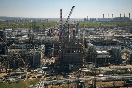 Construction of a petrochemical plant, installation of technological equipment 免版税图像