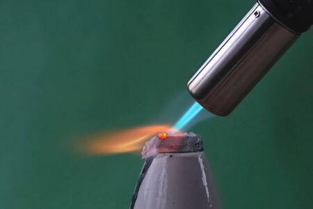 Chauffer les morceaux de métal de la torche à gaz. Feu de brûleur à gaz Banque d'images