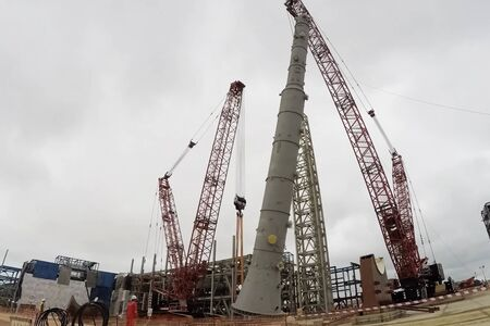 Installation of a distillation column at an oil refinery.