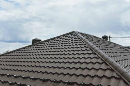 Modernes Dach aus Metall. Wellblechdach und Metalldach.
