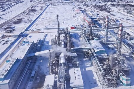 Oil refinery and petrochemical plant in winter. 免版税图像