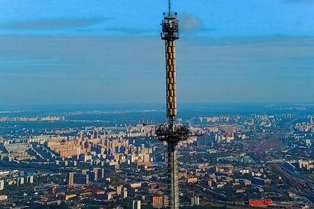 Tour de télévision d'Ostankino. Une vue plongeante sur la tour de télévision et ses environs.